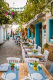 Ulice Alacati Turke z przytulnymi kolorowymi restauracjami
