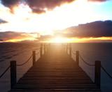 Einsamer Holzsteg am Meer bei Sonnenuntergang und Bewölkung