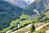 ścieżki i drogi w dolinie alpejskiej