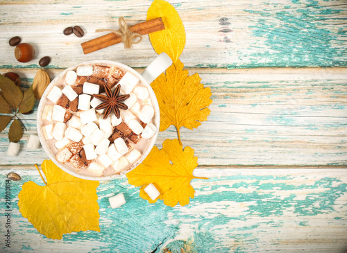 Fototapeta samoprzylepna напиток горячий шоколад и зефир маршмеллоу рядом лежит атрибутика
