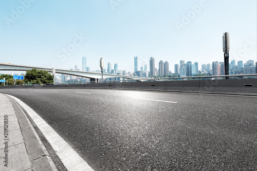 mata magnetyczna empty asphalt highway street with city skyline