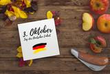 Herbstlaub, Äpfel und Karton mit Aufschrift