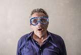 uomo che indossa una maschera da sub - 219292023
