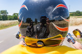 riflesso sul casco del motociclista - 219297418
