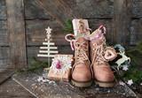 Rustikale Stiefel mit kleinen Geschenken