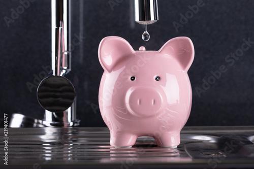 Kropla Wody Spadające W Piggybank