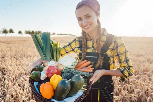 Frau trägt Korb mit lokal produziertem Bio Gemüse © Kzenon