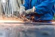 Leinwanddruck Bild - Metallarbeiter in Fabrik schleift Werkstück und Funken fliegen