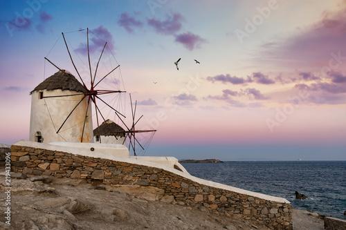 Die berühmten Windmühlen über der Stadt von Mykonos vor Sonnenaufgang, Griechenland