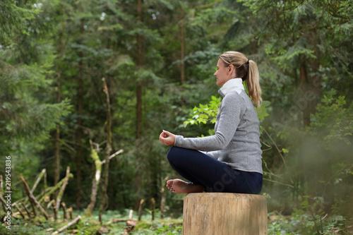 Leinwanddruck Bild Frau beim Entspannen Meditieren im Wald