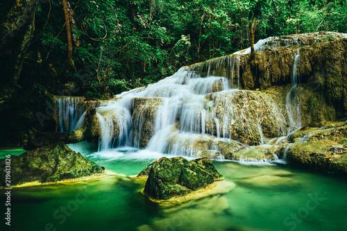 piekna-siklawa-w-las-tropikalny-dzungli-thailand-erawan-siklawa-w-erawan-parku-narodowym-kanchanaburi-tajlandia