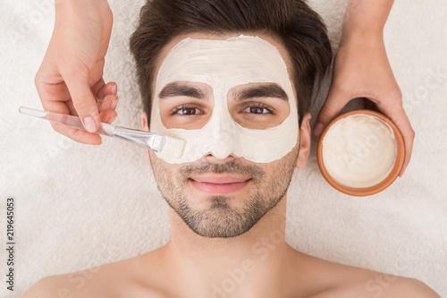 Leinwanddruck Bild Man having cosmetic mask in spa salon