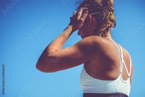 Fototapeta Schulterpartie Beachvolleyballerin beim Wettkampf