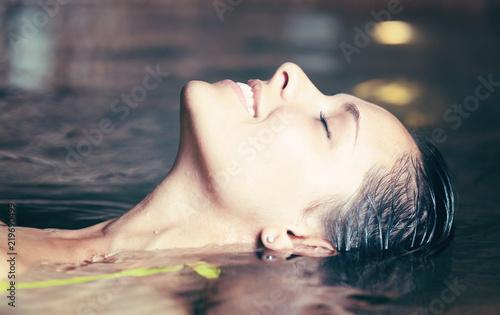 Kobieta o kąpiel w wannie z hydromasażem w spa