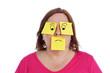 expression femme avec papiers bureaux pense-bête dessinés
