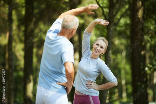 Starsza aktywna para robi bocznych zakrętach w naturalnym środowisku podczas gdy stojący przed sobą