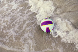 pallone colorato tra le onde