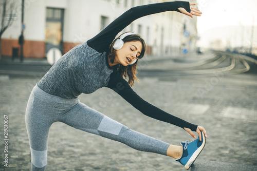 Młoda kobieta ćwiczy rozciągać po jogging plenerowy