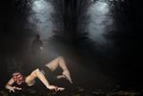 Mensch trifft auf Zombie im Wald