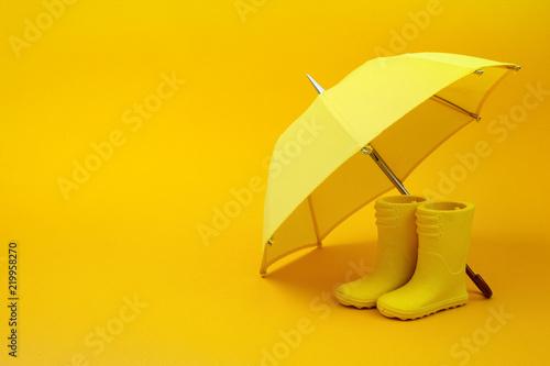 Para żółte kalosze i parasol na żółto