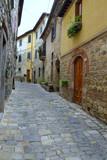 Schmale Gasse in der historischen Altstadt von Montefioralle in Chianti