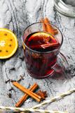 Grzane wino z cynamonem, anyżem i pomarańczami. Świąteczny grzaniec z przyprawami.