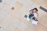 Junges glückliches Paar umarmt sich - 220109433