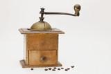 Alte Kaffeemühle mit Kaffebohnen - 220119489
