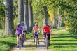 Leinwanddruck Bild - gemeinsam einen Ausflug mit dem Fahrrad machen