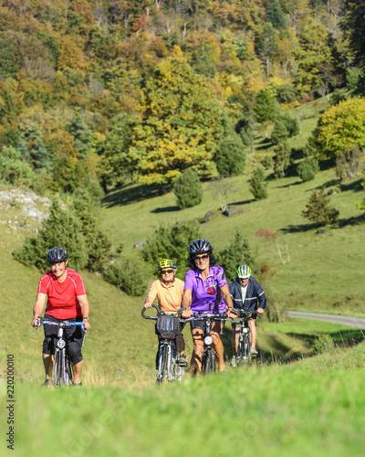 unterwegs mit dem Rad in herbstlicher Landschaft