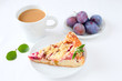 Leinwandbild Motiv Pflaumen-Streuselkuchen und Kaffee