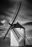 Molino de viento en la puesta de sol blanco y negro - 220405676