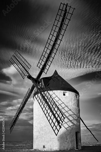 Molino de viento en la puesta de sol blanco y negro