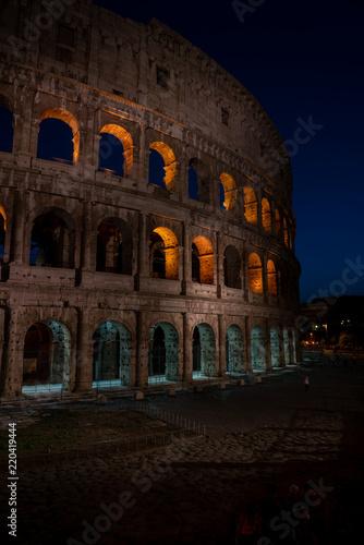 Rzym, Włochy pokazuje antycznego Rome przy dniem i nocą od colloseum Vatican