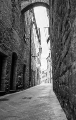 Narrow laneway lined by high stone buildings © Brian Scantlebury