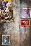 Sfondo vecchia maniera in legno antico con vecchi francobolli italiani e antica immagine religiosa di San Michele Arcangelo