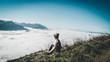 panorámica de paisaje de persona haciendo senderismo y trekking