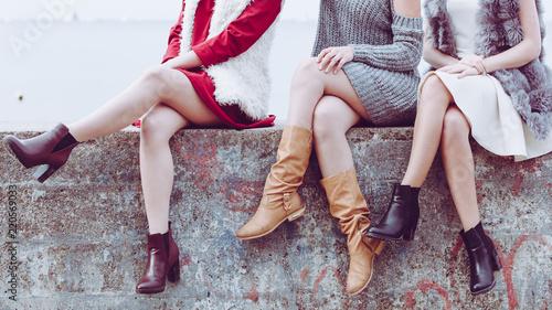 Foto Murales Three women presenting shoes outdoor