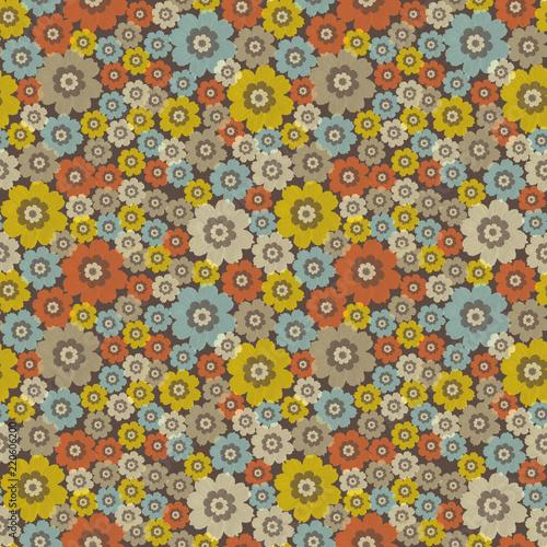 Bezszwowy wzór z kwiatami. Na ciemnobrązowym tle kwiatowy wzór.