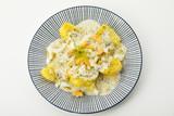 Dillkartoffeln, gekochte Kartoffeln, Dill-Rahm-Sauce und gekochte Eier, serviert auf einem blauen Teller auf weissen Untergrund, Freisteller - 220621694