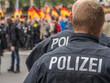 Leinwandbild Motiv Polizisten überwachen Demonstration