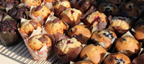 Muffins sur grille à pâtisserie / Muffins on baking rack - 220672056