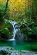 Leinwanddruck Bild - Gebirgsbach mit Wasserfall und Gumpe im Herbst