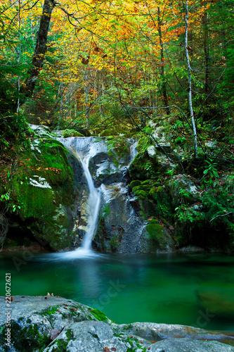 Leinwanddruck Bild Gebirgsbach mit Wasserfall und Gumpe im Herbst