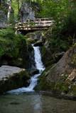 Wasserfall mit Holzbrücke