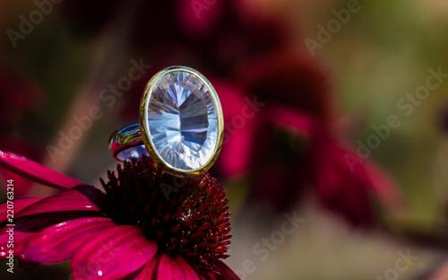 Fototapeta samoprzylepna Ring Silber Bergkristall facettiert