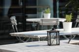 Weise Tische eines Straßencafés mit Laternen Deko - 220768213