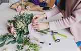 девушка флорист делает красивый букет girl florist makes a beautiful bouquet