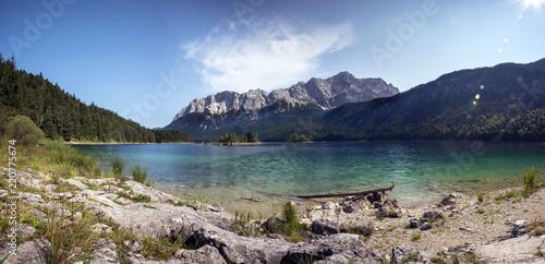 Leinwandbild Motiv Zugspitze im Wettersteingebirge und Eibsee