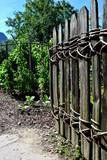 Holzzaun mit geflochtenen Weiden, Bauerngarten - 220795602